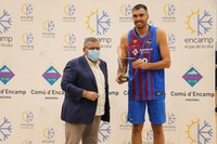 Entrega del trofeu per part del cònsol menor d'Encamp al capità del Barça