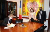 Signatura al llibre d'honor del Comú per part de l'ambaixador francès Jean-Claude Tribolet