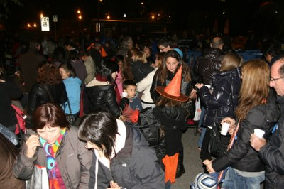 Encamp celebra la castanyada popular repartint 550 quilos de castanyes a tota la parròquia