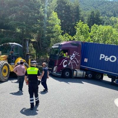 Restablerta la circulació a la carretera dels Cortals tallada per un camió entravessat
